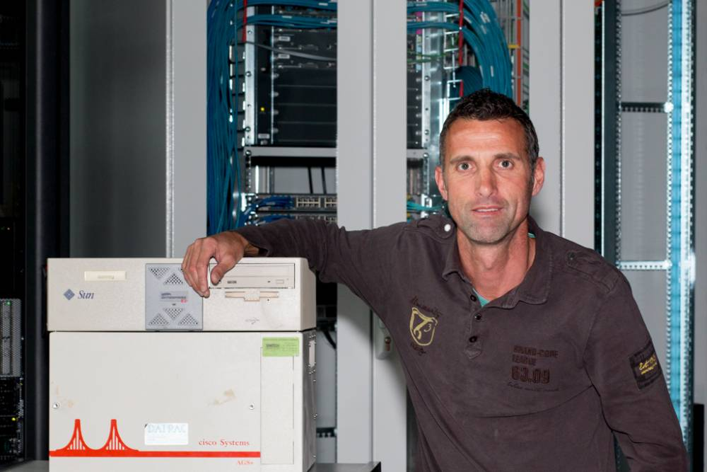 Roland Steiner, museum technician at the Museum of Communication in Bern, receives two first-generation devices from SWITCH: a Cisco Systems AGS+ router and a Sun Ultra Enterprise 2 database server.